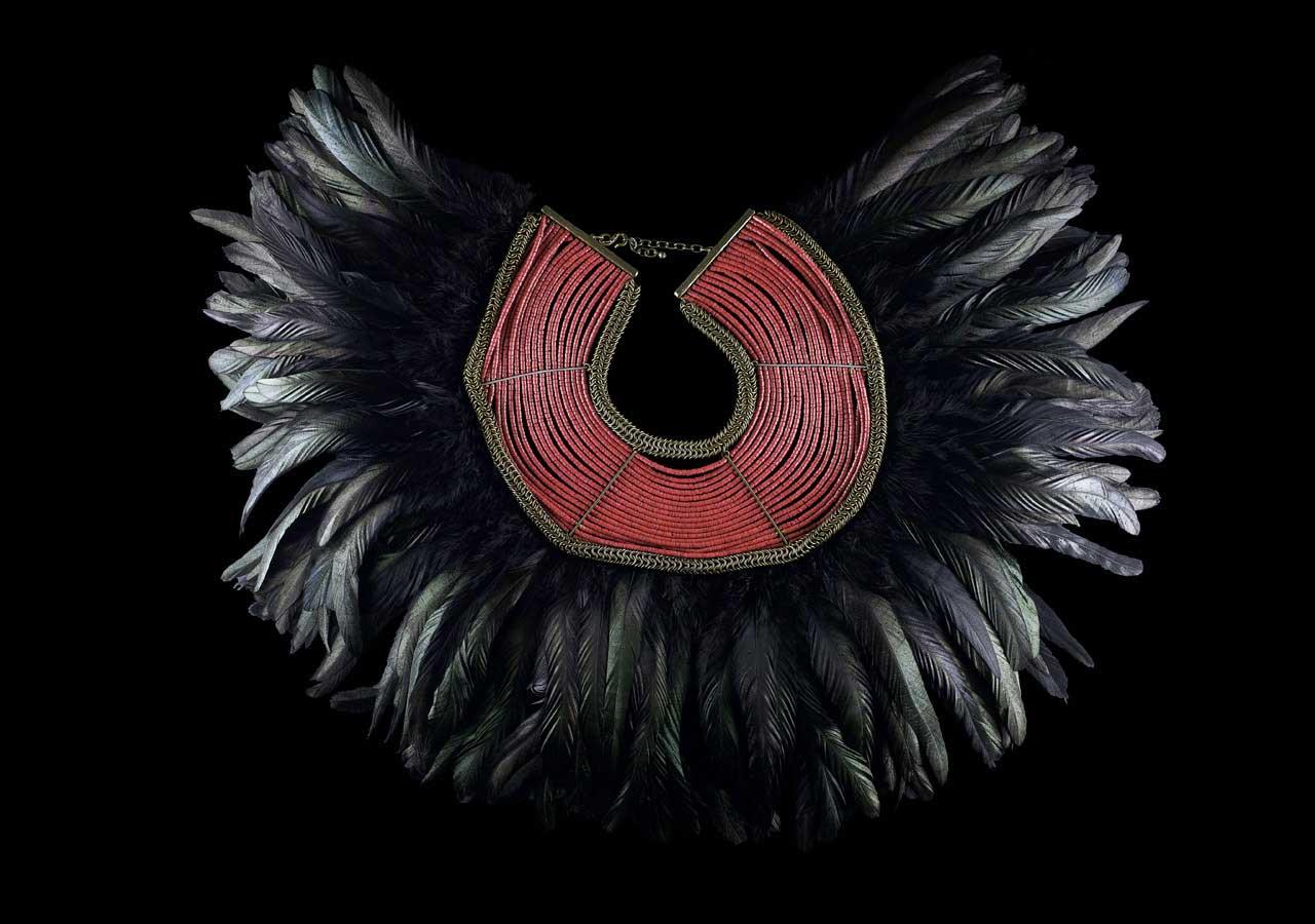 Collier à plumes noires